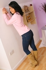 Dark Haired Emily J In Jeans And Pink Sweater - Picture 5